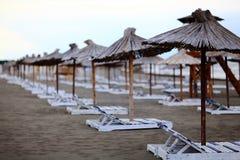 De paraplu's van het strand en zitkamerstoelen Royalty-vrije Stock Foto