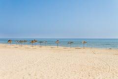 De paraplu's van het strand op kust Royalty-vrije Stock Foto's