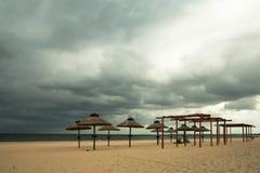 De paraplu's van het stro op het strand Royalty-vrije Stock Foto