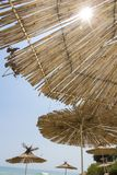 De paraplu's van het stro op het strand stock afbeelding