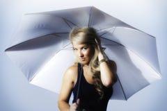 De Paraplu van de het Meisjesholding van blondelatina stileerde Zilver Royalty-vrije Stock Foto