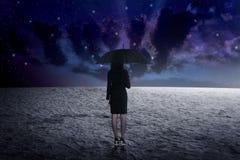 De paraplu van de vrouwenholding van kosmische ruimte Royalty-vrije Stock Fotografie
