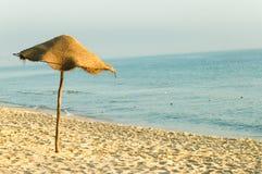 De paraplu van de zon op het strand Royalty-vrije Stock Foto's