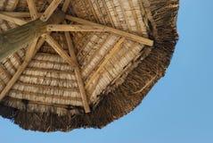 De paraplu van de zon in tropisch eiland Stock Foto