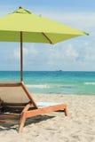 De Paraplu van het Strand van het zuiden en de Stoel van de Zitkamer royalty-vrije stock afbeelding