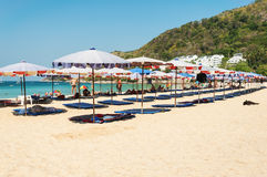 De parasol en sommige mensen ontspannen op het strand Stock Foto
