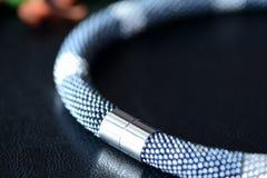 De parel haakt halsband zwarte en zilveren kleuren op een donkere achtergrond Royalty-vrije Stock Fotografie