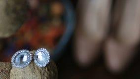 De parelachtige Oorringen met Diamanten sluiten omhoog stock videobeelden
