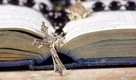 De parels, het kruis en de Bijbel van de rozentuin Stock Afbeelding