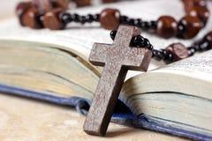 De parels, het kruis en de Bijbel van de rozentuin Stock Foto's