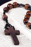 De parels, het kruis en de Bijbel van de rozentuin Stock Afbeeldingen