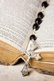 De parels, het kruis en de Bijbel van de rozentuin Royalty-vrije Stock Fotografie