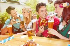 De paren in bier tuinieren in de zomer Stock Afbeelding