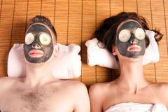 De paren gaan gezichtsmask spa terug Stock Afbeelding