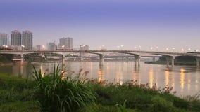 De paren lopen over een brug die met rode lantaarns bij nacht wordt verfraaid stock videobeelden