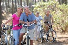 De paren op fiets berijden Stock Foto
