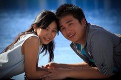 De paren van de Aziatische mens en vrouw bij water voegen samen royalty-vrije stock afbeelding