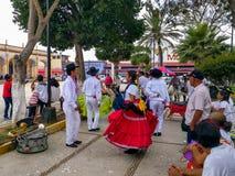 De paren voeren een traditionele dans voor de Guelaguetza-viering uit stock fotografie
