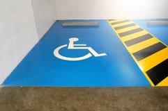 De parkeerplaats is beschikbaar aan voor de gehandicapten Het symbool o stock afbeeldingen