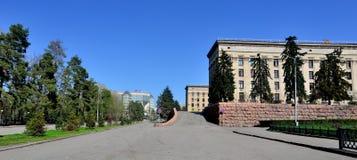 De parken en de gebouwen de zomer van Alma Ata scape Stock Afbeeldingen