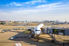 De parken van het passagiersvliegtuig bij de Internationale Luchthaven die van Tokyo op passagiers wachten om in te schepen terwi stock afbeelding