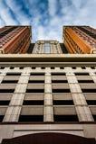 De parkerengarage en het flatgebouw in Baltimore van de binnenstad, brengen in de war Royalty-vrije Stock Afbeeldingen