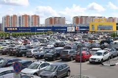 De parkerenplaatsen vóór IKEA-handelscentrum in Khimki-stad, Moskou Royalty-vrije Stock Fotografie