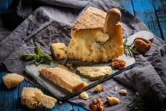 De parmezaanse kaaskaas van parmezaanreggiano stock foto's