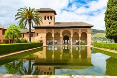 De Partal-tuin en de pool, Alhambra Palace, Granada, Spanje stock fotografie