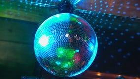 De partij bij Grote Disco met speciale gevolgen en de fantastische laser tonen in rook stock videobeelden