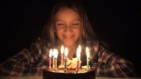 De partij blazende kaarsen van de kindverjaardag in nacht, de viering van de kinderenverjaardag, jonge geitjespartij stock videobeelden