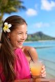 De partij drinkende vrienden die van de strandbar Mai Tai roosteren Stock Afbeeldingen