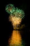 De partij met kleurrijk vuurwerk toont Royalty-vrije Stock Afbeeldingen