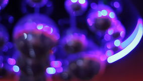 De partij steekt discobal bij een nachtclub aan bij Onduidelijk beeld stock videobeelden