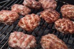 De partij van de barbecuegrill Vlees over Steenkolen op Barbecue Stock Fotografie