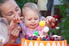 De partij van de babyverjaardag met de gelukkige gezichten van baby en moeder Royalty-vrije Stock Foto's