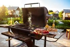 De partij van de barbecuegrill Smakelijk voedsel op houten bureau royalty-vrije stock foto's