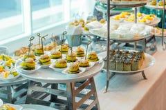 De partij van de cocktailvergadering met verscheidenheidsdessert en elegant voedsel Stock Foto