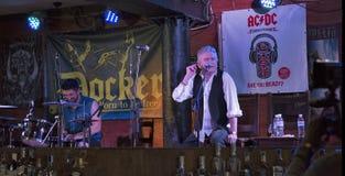 De Partij van de de Verjaardagsverjaardag van Dan McCafferty zeventigste in Dokwerkerbar in Kiev, de Oekraïne op 09 Oktober, 2016 Stock Afbeelding