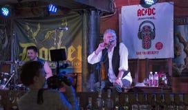 De Partij van de de Verjaardagsverjaardag van Dan McCafferty zeventigste in Dokwerkerbar in Kiev, de Oekraïne op 09 Oktober, 2016 Royalty-vrije Stock Afbeeldingen