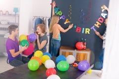De partij van de verrassingsverjaardag stock afbeeldingen