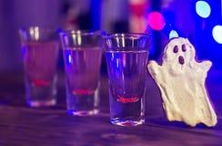 De partij van Halloween bloedige cocktail Selectieve nadruk Stock Afbeeldingen