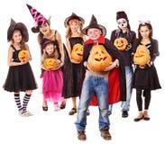 De partij van Halloween met de holdingspompoen van het groepsjonge geitje. Royalty-vrije Stock Foto