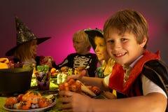 De partij van Halloween met kinderen die pret hebben Stock Afbeeldingen