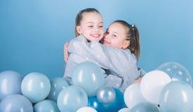 De partij van het ballonthema Meisjes beste vrienden dichtbij luchtballons De partij van de verjaardag Geluk en vrolijke ogenblik royalty-vrije stock fotografie