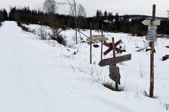 De partij van het verwarren ondertekent waar een sneeuwscootersleep de weg kruist, royalty-vrije stock foto
