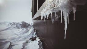 De partij van reusachtige icebreaker van Kara Sea plakte in het ijs Ijs en ijskegels in een orkaan royalty-vrije stock afbeelding