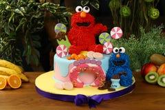 De partijcake van de jonge geitjesverjaardag - het concept van koekjesmonsters stock afbeeldingen