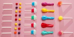 De partijdecoratie van de jonge geitjesverjaardag, roze patroon als achtergrond Kleurrijk suikergoed, heldere ballon, feestelijke stock foto's