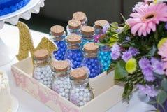 De partijdetail van gebakjekinderen, cakeverrukking en snacks, zoete desserts bij de partij van kinderen stock fotografie
